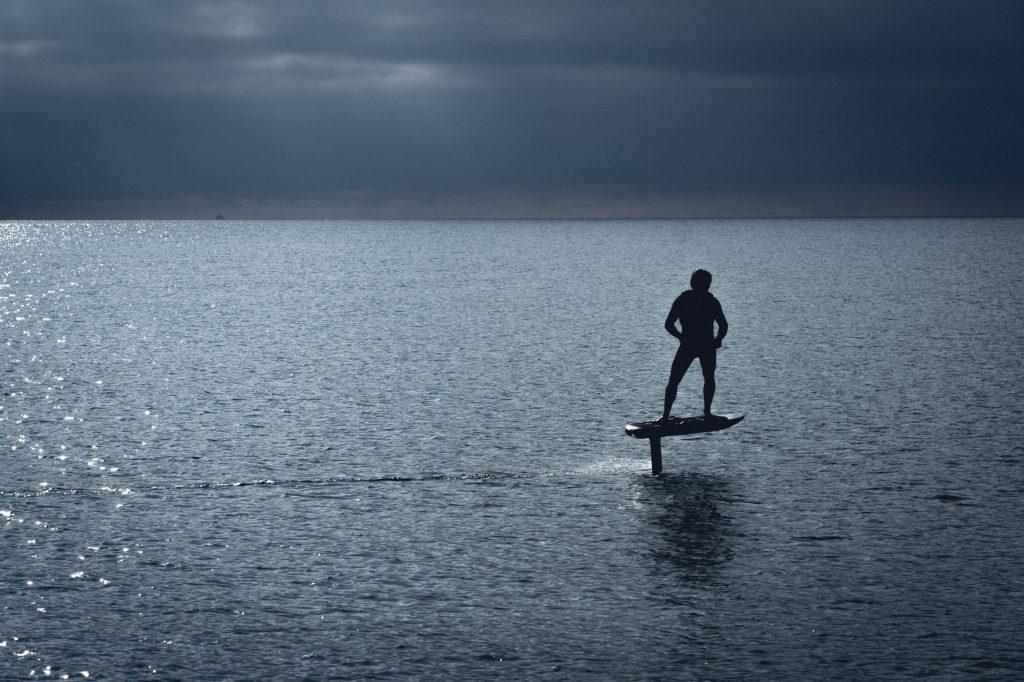 Foil électrique : dans la continuité du surf classique ?